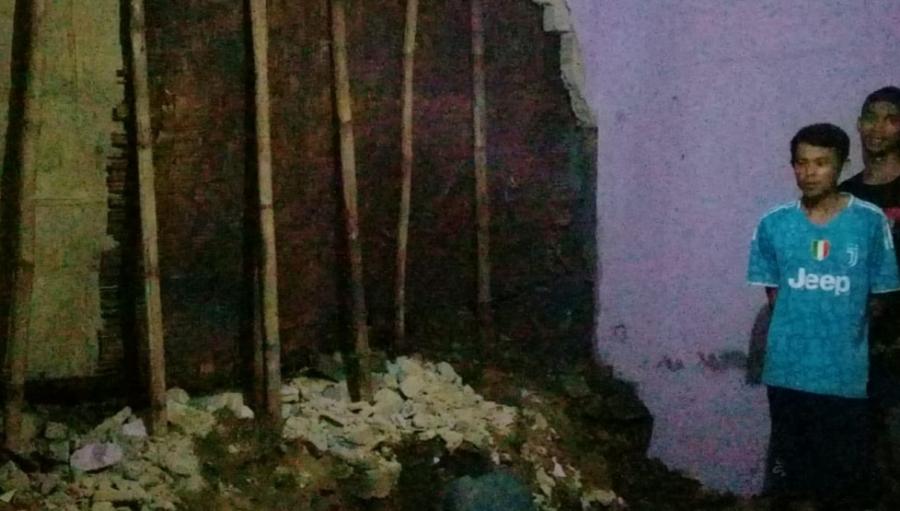 Hujan Deras Sore Ini Tembok Rumah Warga Gunungguruh Ambrol