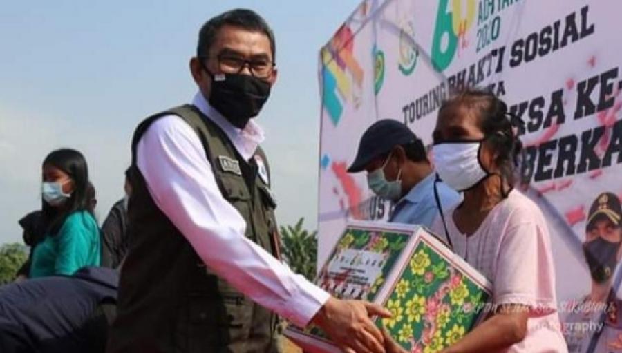 Hari Bhakti Adhyaksa Kejati Jabar Adjo Sardjono dan Forkopimda Distribusikan Bantuan Sembako
