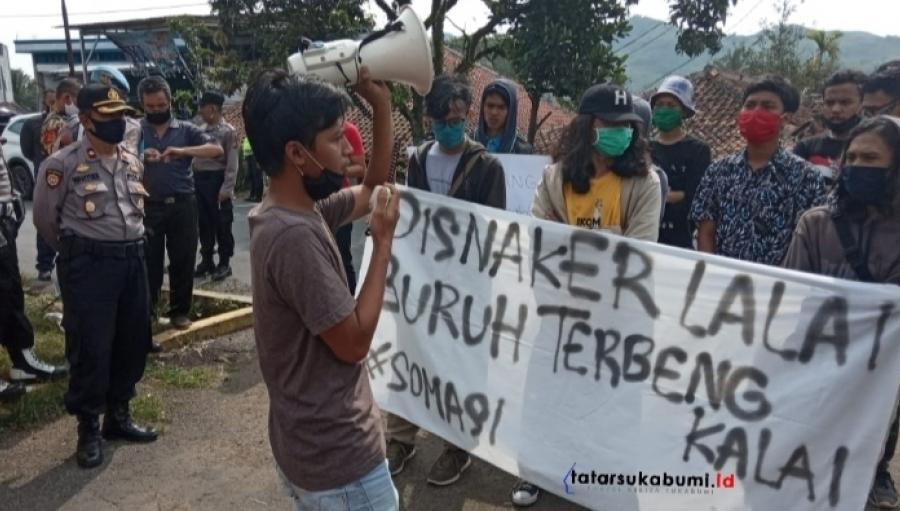 Mahasiswa Demo Disnakertrans Kabupaten Sukabumi Terkait ABK dan Armada Angkutan Karyawan