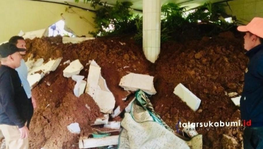 Tebing Longsor Porak-porandakan Masjid di Ciemas Sukabumi