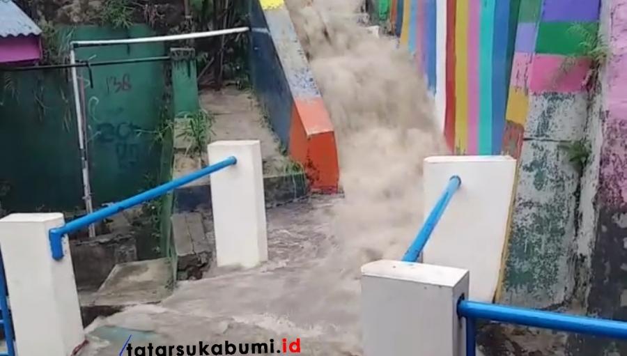 Penampakan Membahayakan di Cibadak, Air Deras Tutup Akses Jalan Warga Gang Warna