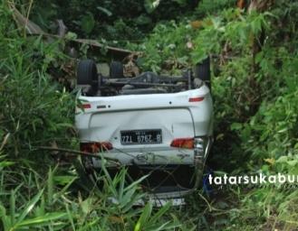 Daihatsu Xenia Masuk Jurang di Sukabumi