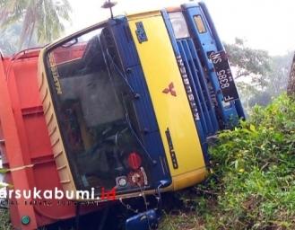 Truk Masuk Jurang Sedalam 5 Meter di Kabandungan Sukabumi
