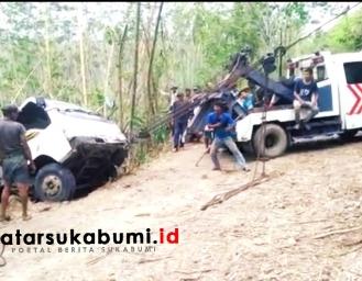 24 Jam Terjebak di Jurang Petugas Kesulitan Evakuasi Truk yang Terguling di Simpenan Sukabumi