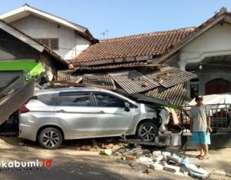 Mitsubishi Xpander Seruduk Ruko dan Rumah Makan di Cigaru Sukabumi