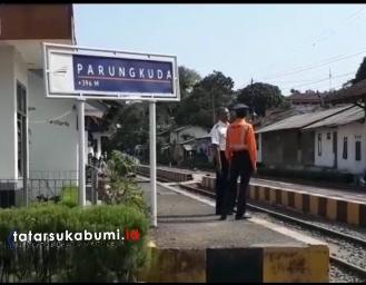 Viral! Masinis Belanja Ditengah Jalan Perlintasan Kereta di Sukabumi Ternyata Ini Alasannya