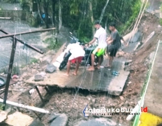 Jalan Lingkungan Amblas Saluran PDAM Jebol 6 Rumah Warga Cibadak Terancam Longsor