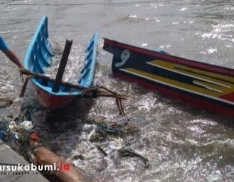 Puluhan Perahu Nelayan dan Tanggul Pemecah Ombak Ujung Genteng Rusak Diterjang Gelombang