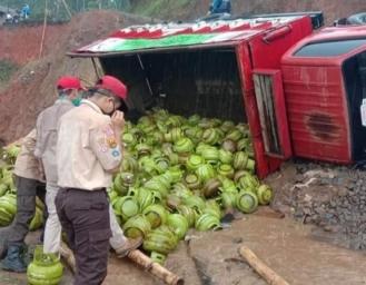 Truk Pengangkut Gas Elpiji Subsidi Terguling di Lokasi Pergerakan Tanah Nyalindung Sukabumi