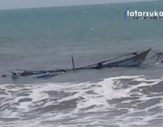 Kapal Nelayan Ujunggenteng Karam Diterjang Gelombang Tinggi Laut Tegalbulued