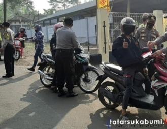 Operasi Bendera Polsek Citamiang Bagi-bagi Bendera Gratis Kepada Pengguna Jalan