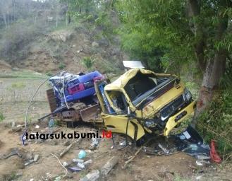 Ringsek! Kecelakaan Truk Pembawa Excavator di Sukabumi