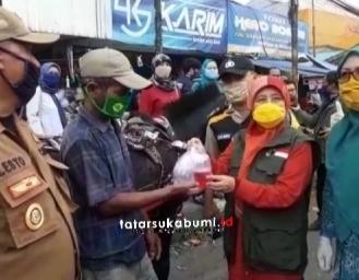Masyarakat Rebutan Masker, Jabar Bergerak Pasang Wastafel Portable Bagi Sembako dan Masker di Cibadak Sukabumi