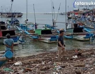 Cuaca Ekstrem Hingga Tumpukan Sampah di Pantai Ujunggenteng Sukabumi