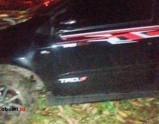Niat Liburan ke Ujung Genteng, Toyota Agya Tabrak Pohon
