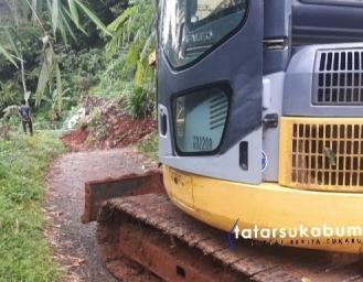 Tebing Longsor Tutup Akses Jalan Penghubung Antar Desa di Cimanggu Sukabumi