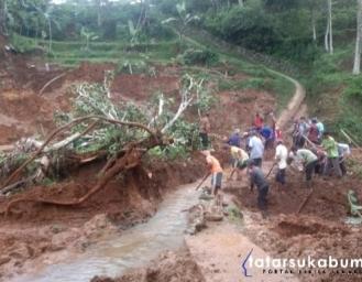 Longsor Desa Tugubandung Kabandungan Putus Akses Jalan Warga dan Saluran Irigasi