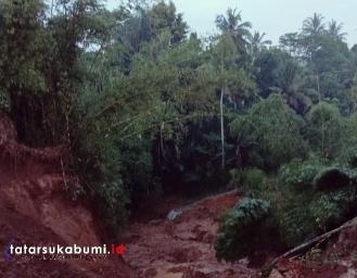 Jalan Tertutup Longsor Tebing Kampung Kuta Kecamatan Cidahu Terisolir