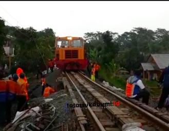 Kondisi Terkini Proses Evakuasi Rel Kereta Api Sukabumi Bogor yang Tergantung Diterjang Longsor