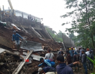 Pagar Pabrik Roboh Tutup Akses Jalan Penghubung Kecamatan Parakansalak - Bojonggenteng