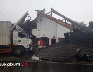 Truk Seruduk Rumah Warga Warungkiara Sukabumi