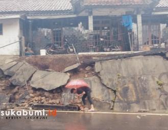 Tebing Ambruk Ancam Rumah Warga di Simpenan Sukabumi