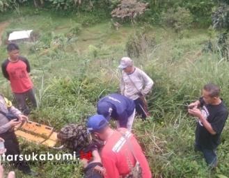 Polsek Kalapanunggal Evakuasi Jenazah yang Ditemukan di Kebun Warga