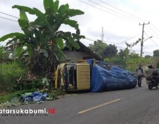 Truk Pengangkut Semen Merah Putih Terbalik di Jampangkulon