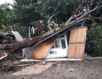 Bencana Simpenan Sukabumi Puluhan Rumah Rusak Tiang Listrik dan Pohon Roboh Diterjang Badai