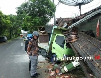 Truk Tabrak Rumah dan Mobil yang Terparkir di Garasi di Cibadak Sukabumi