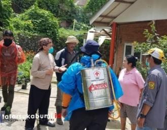 Penyemprotan Disinfektan dan Edukasi Covid-19 BNNK Sukabumi di Desa Bersih Narkoba Perbawati