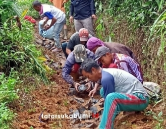 Petani Desa Cipeteuy Sukabumi Gotong Royong Buat Jalan Tanpa Bantuan Pemerintah